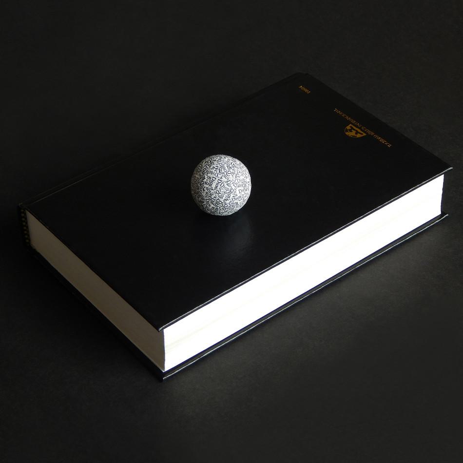 2018 Todos los dioses - libro de 13_2x20_5x3_8cm y esfera 3cm diametro - Ricardo Coello Gilbert.jpg