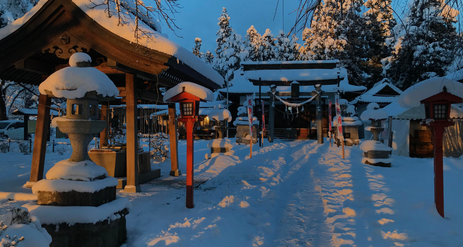 雪の参道.jpg