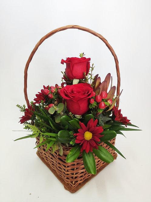 Canasto mimbre rosas rojas +margarita + follaje