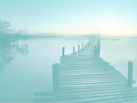 גשר על פני מים סוערים