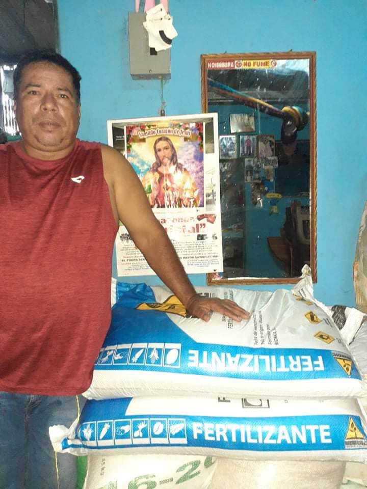 Victor receiving fertilizer for his bean