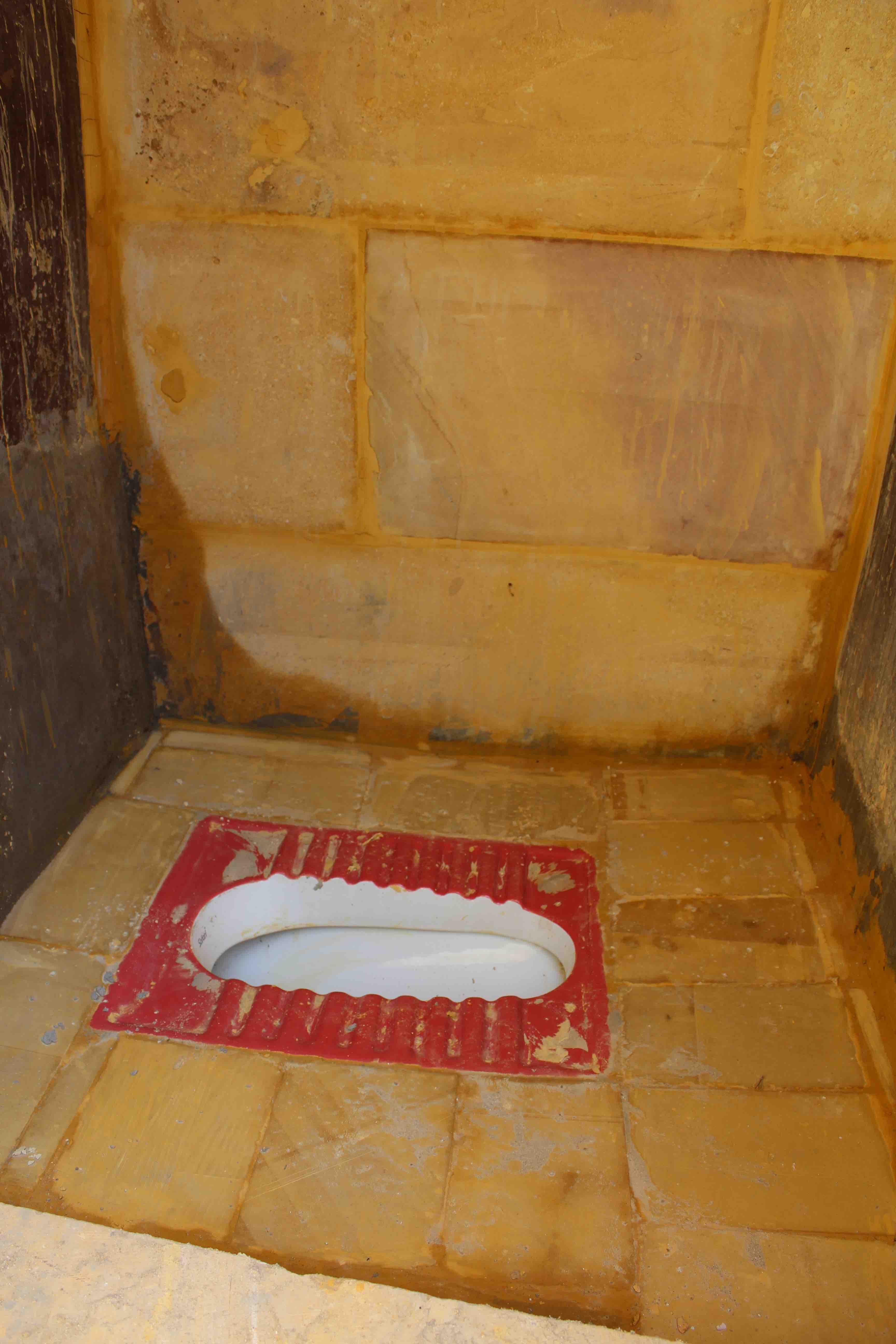 11. FAR-MerasiSchool WC golden grout_1691
