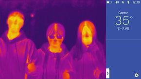 Systémový displej C400M zobrazující infračervené měření teploty tří osob