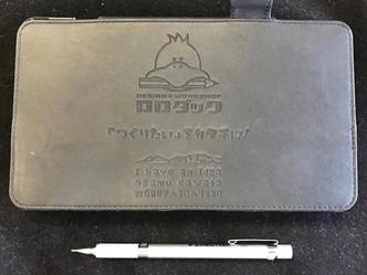 タブレットケースにレーザー刻印