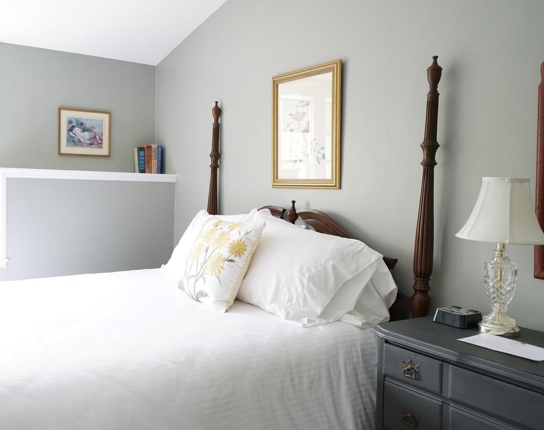 Queen four poster bed in estate room.jpg