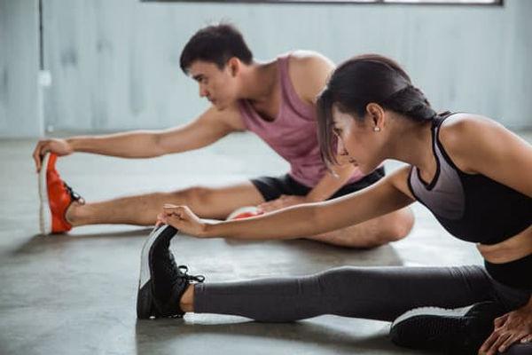 séance stretching à 2 étirements dos jambes.jpg