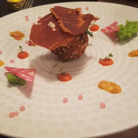 L'oeuf en croûte de parmesan et chantilly raifort, crème de poivrons et carottes, betterave chioggia et chips de jambon de pays.