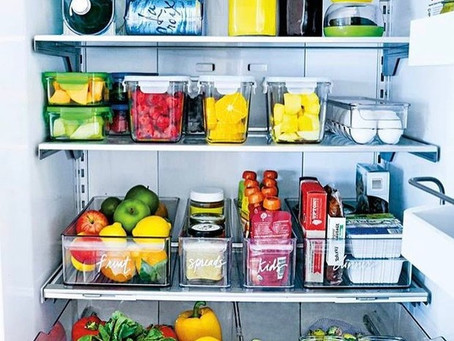 Organizando a geladeira e preparando a lista de compras: