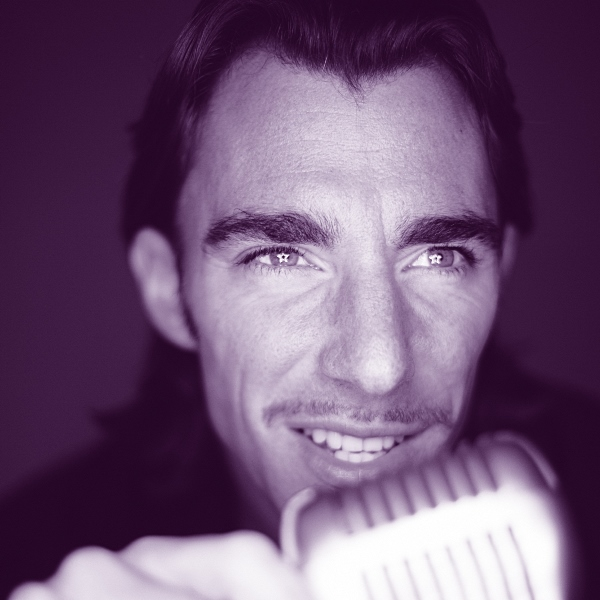 Portrait Timo Maneri mit Mikrophon