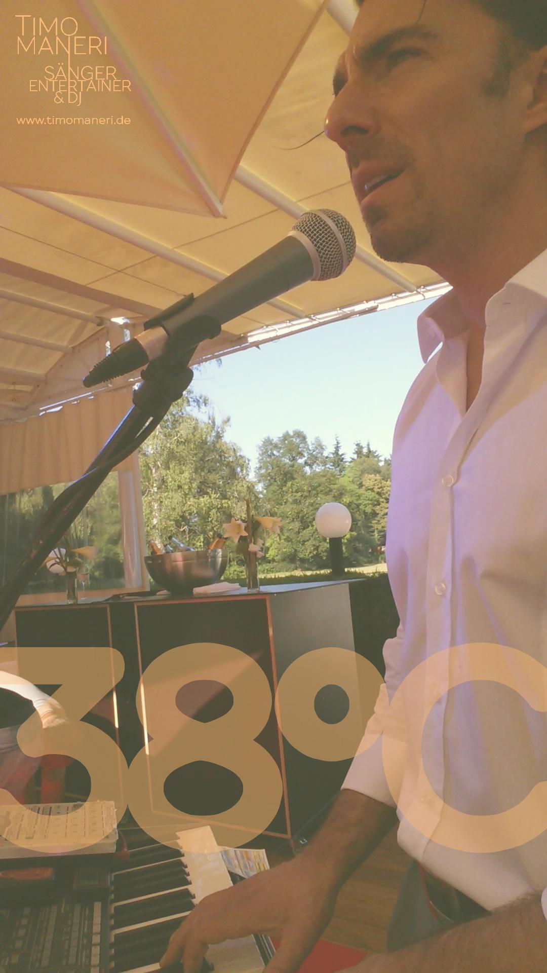 Sänger auf Sommerparty