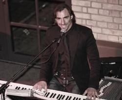 Timo Maneri singt live am Piano