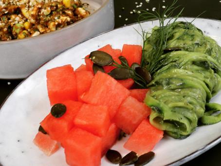 Rohes Blumenkohl-Curry mit Gurken-Melonen-Salat