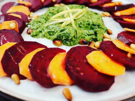Rote Beete-Möhren-Carpaccio mit Wurzelgrün-Pesto