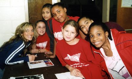 Sara Raya en NY firmando autógrafos