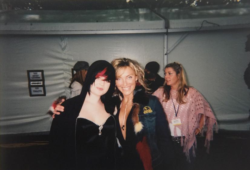 Kelly Osbourne y Sara Raya