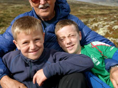 Bestefar og barnebarna i Venabygdsfjellet