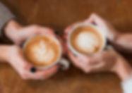 mulheres-segurando-xicaras-cafe-ligado-t