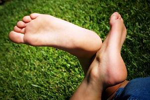 bare-feet-1440163.jpg
