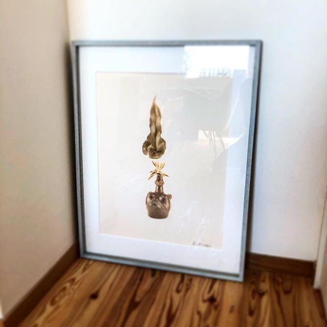 サロンの一角にあるお気に入りの逸品。〔残しておける生け花〕をコンセプトに小原流の先生が古代土器に生けた写真の額。__#アロマセラピーサロン_#プライベートサロン_#オーガニックコ