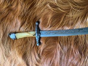 Tierfell und historisches Schwert