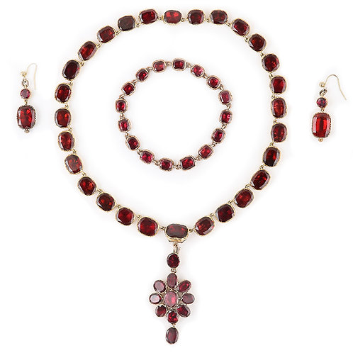 Georgian Almandine Garnet Parure 15 Karat Gold circa 1820 in Original Fitted Box
