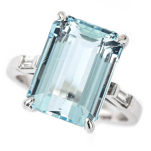 18ct White Gold Aquamarine Est. 9.00 Carat and Diamond Ring