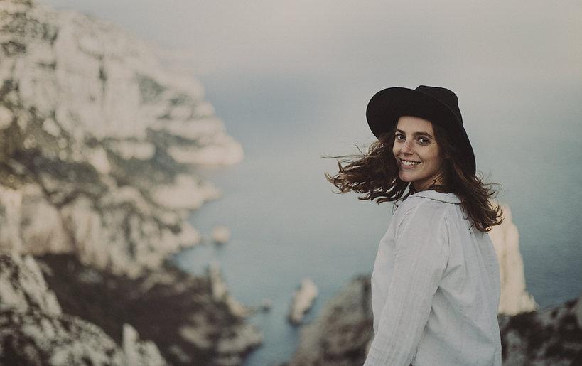 黒い帽子を持つ女性