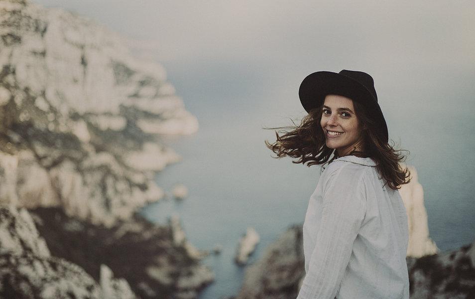 Une femme avec un chapeau noir