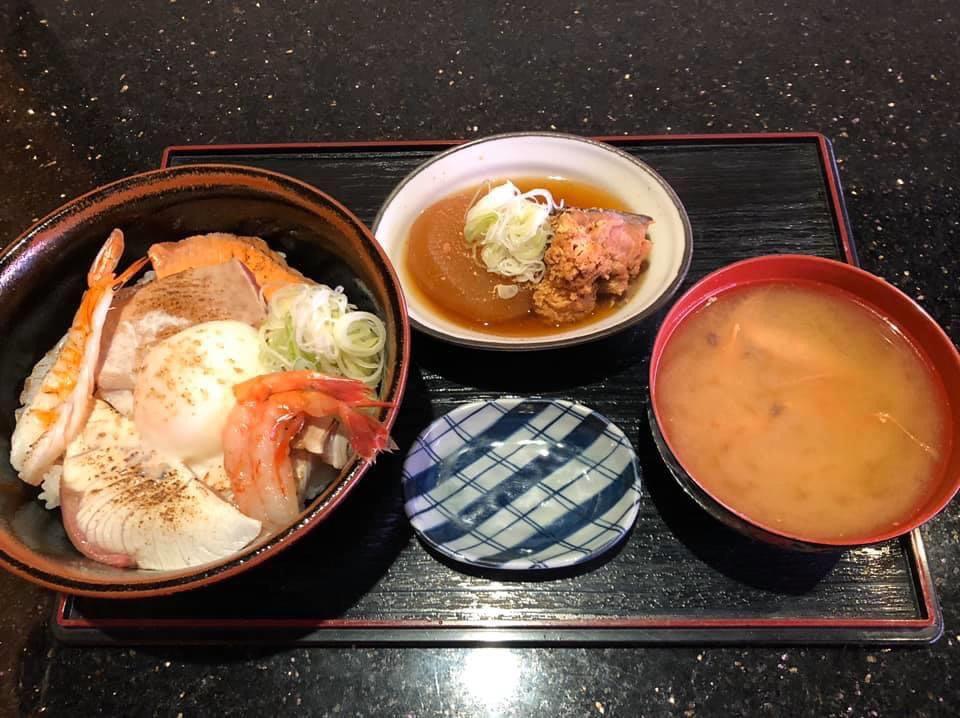 炙り海鮮温玉丼