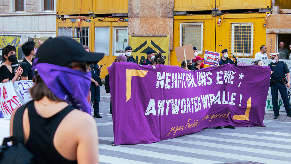 """""""Nehmt ihr uns eine*, antworten wir alle! - gegen Femizide und Männergewalt""""  heißt es bei einer Demonstration 10. Mai  in Wien"""
