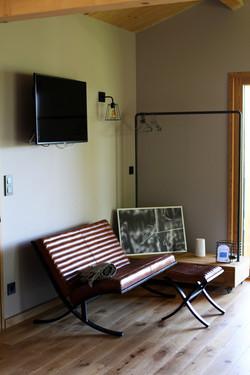 Canapé, TV , Rangement et Porte Manteaux CHalet Madame