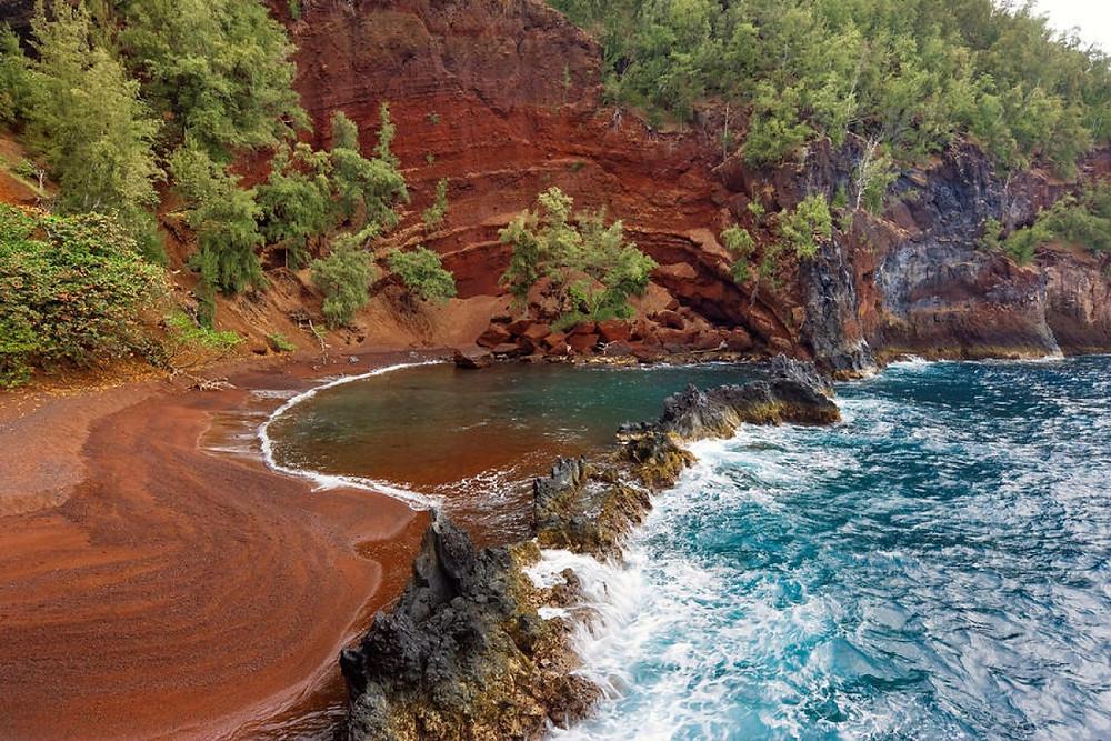 Maui playa con arena roja