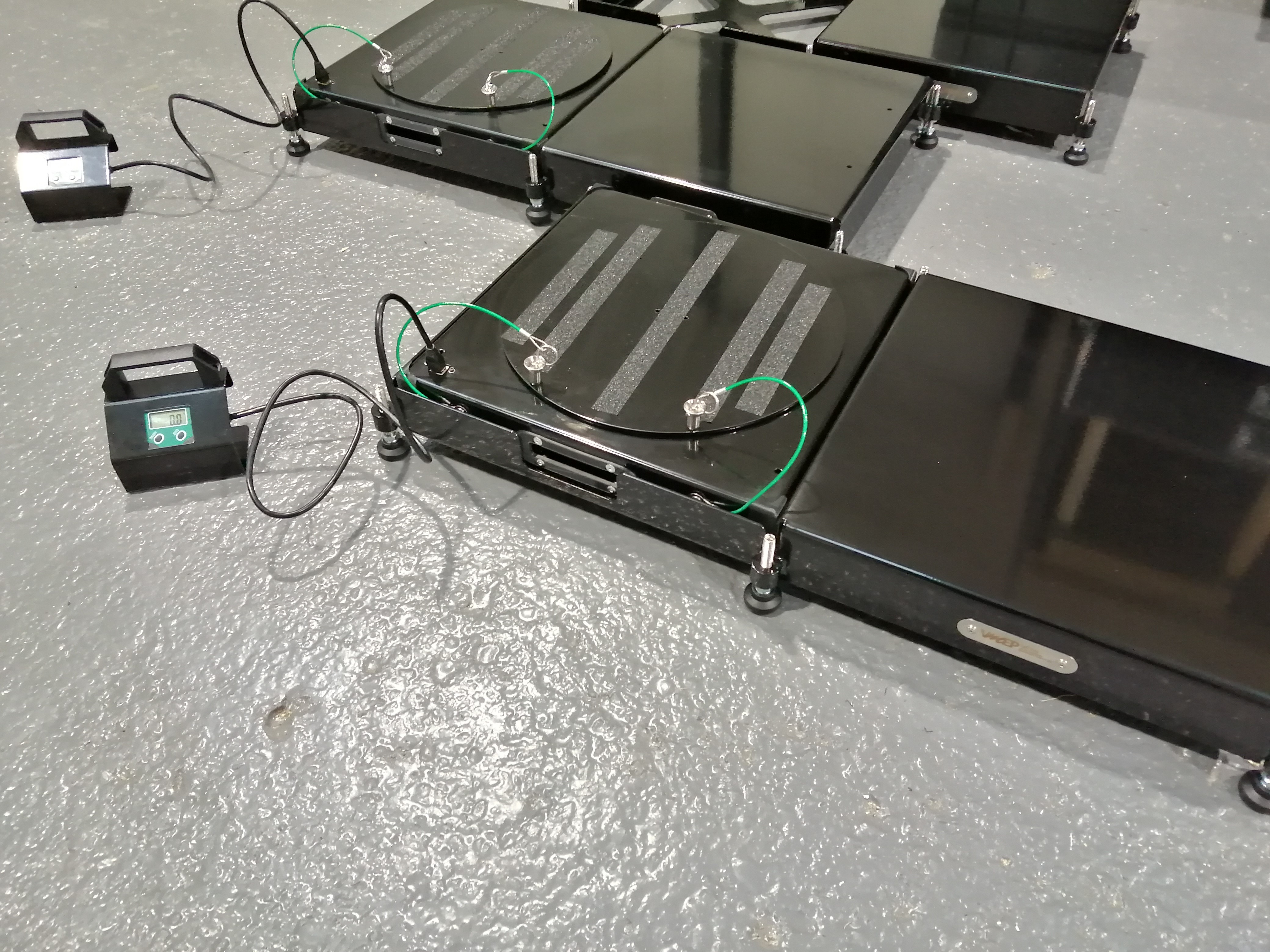 Floating digital turn plates with pad levellers