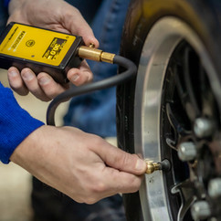 Motorsport tyre temperature gauge