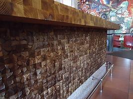 Барная стойка отделана мозайкой из кокоса. Фреска в современном стиле.