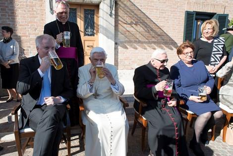 Бенедикт XVI выпил пива в честь своего 90-летнего юбилея