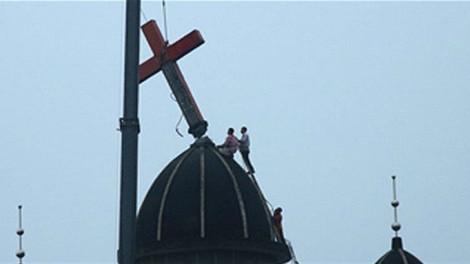 Китайский пастор осужден за защиту креста