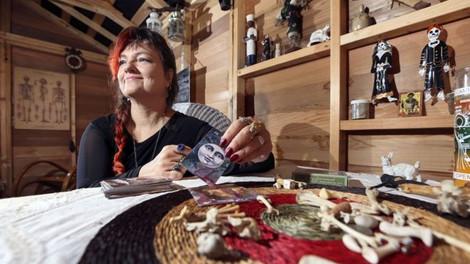 Опрос: большинство российских женщин верит в магию