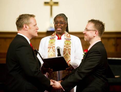 Люди массово покидают Церковь Норвегии из-за венчания однополых пар