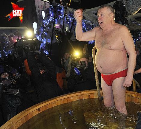 Крещенская клоунада. Жириновский нырнул в купель на площади Революции