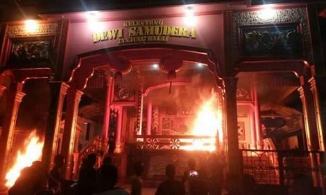 В Индонезии поджигают буддистские храмы