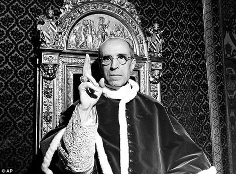 Британская газета напомнила о плане Гитлера похитить Папу Пия XII
