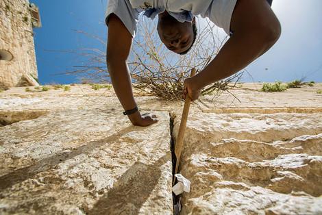 Работники Стены плача перед Рош а-Шана очистили ее от старых записок