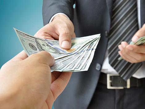 У Стены плача миллиардер из Чили одаривал прохожих купюрами в 50 и 100 долларов