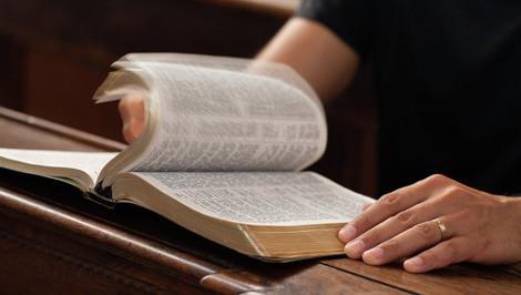 Британские ученые записали Библию на вечный носитель информации