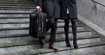 Couple marchant dans les escaliers