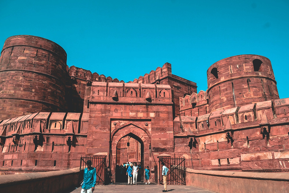 Agra fort with a lot of people