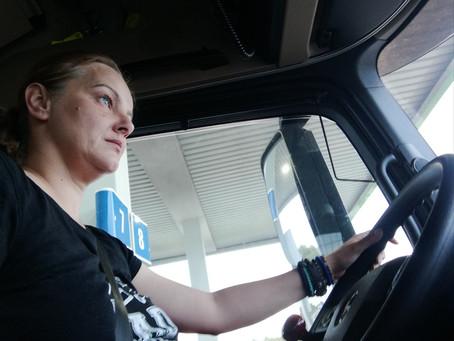 """Monica Petcu (șofer de tir): """"În timpul carantinei eram eroi. Acum încurcăm în trafic!"""""""