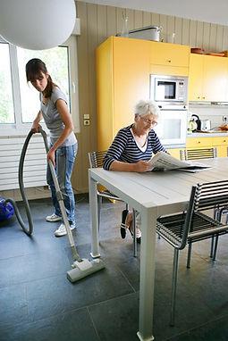 PS Putzfrau in einer Wohnung beim putzen