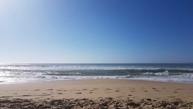 Blick vom Strand hinaus in die Weite des Meeres